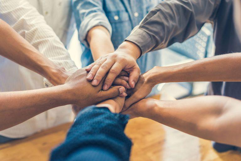 Motivierte Mitarbeiter Zusammenhalt Hände Kreis